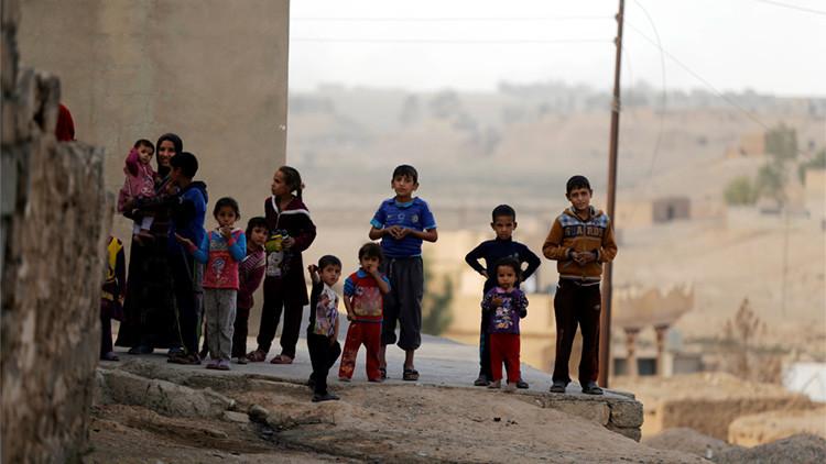 Un grupo de niños tras liberación del pueblo Khalidiya de los terroristas del Estado Islámico en el sur de Mosul, Irak, el 20 de octubre de 2016
