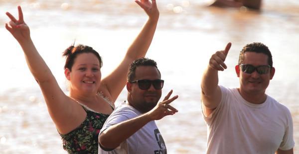 Este domingo la temperatura superó los 30 grados y los cruceños aprovecharon para disfrutar de la piscina y del río Piraí