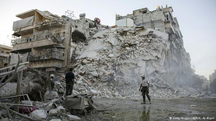 Syrien Aleppo Bergung Verletzte Ruine (Getty Images/AFP/K. Al-Masri)