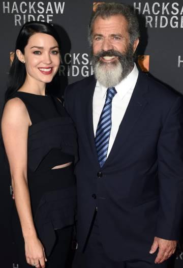 Mel Gibson y su pareja Rosalind Ross, en el estreno de
