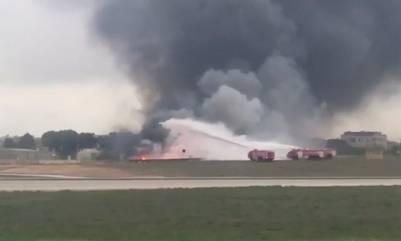 Bomberos intentan apagar el feroz incendio que se desató tras la caída de una avioneta en Malta. /AP