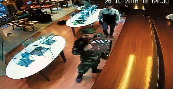 Arriba, el rato en el que dos de los ladrones intimidan a las funcionarias. Abajo, otros sustraen las joyas
