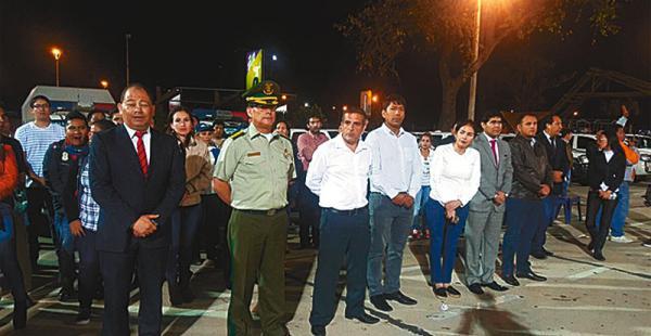 El ministro Carlos Romero y otras autoridades antes del operativo