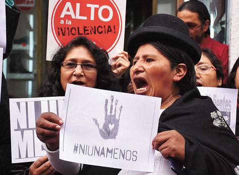 """""""Ni una menos"""" fue el lema que unió a mujeres de América Latina, incluida Bolivia, el miércoles en una movilización contra el feminicidio."""