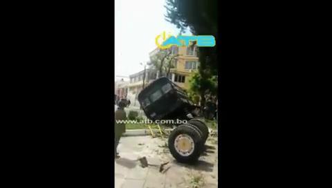La Paz: Micro se estrella y destroza la plaza Adela Zamudio