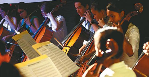 Los 24 músicos que participaron en el taller se unieron a los chelistas alemanes en el recital de anoche