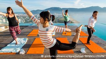 Huéspedes del hotel practicando deporte. La ciudad costera Da Nang es muy popular entre los turistas.
