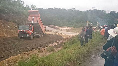 Maquinaria trabaja en el restablecimiento del tráfico en la carretera Chimoré – Ivirgazama.