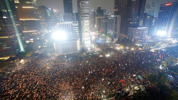 Decenas de surcoreanos exigen la renuncia de la presidenta Park Geun-hye en la capital del país, Seúl, 5 de noviembre de 2016