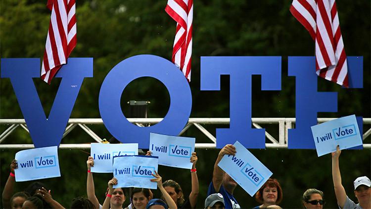 Partidarios sostienen carteles de campaña esperando  la llegada del candidato demócrata a la presidencia de EE.UU., Hillary Clinton, durante una manifestación en la ciudad de Pembroke Pines, Florida (EE.UU.), 5 de noviembre de 2016.