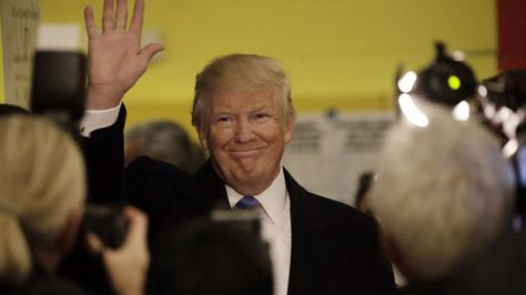 El candidato republicano, Donald Trump, saluda a sus simpatizantes después de votar en la ciudad de Nueva York en las elecciones presidenciales que se celebraron este martes. Foto:EFE