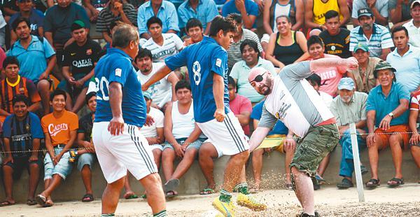 De espaldas, Erwin Romero y un compañero de equipo bloquean a Tezanos, del equipo de los reos
