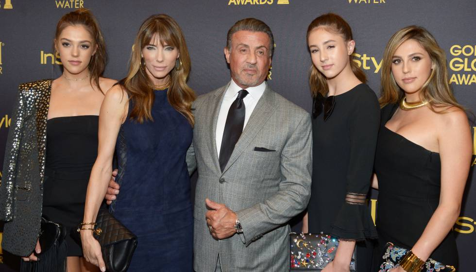 De izquierda a derecha: Sistine Stallone, Jennifer Flavin, Sylvester Stallone y sus otras dos hijas Scarlet y Sophia, en la fiesta celebrada por la Asociación de la Prensa Extranjera en Hollywood, el jueves en Hollywood.