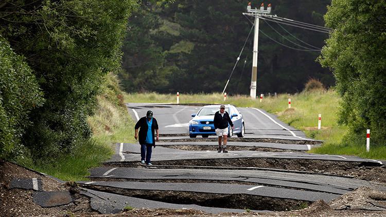 Los residentes locales Chris y Viv Young contemplan los destrozos que causó el terremoto en las carreteras cerca de la localidad de Ward, al sur de Blenheim, en la isla Sur de Nueva Zelanda el 14 de noviembre de 2016.