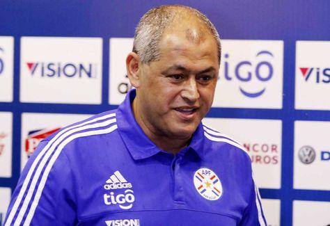 El seleccionador de Paraguay, Francisco Arce, brinda una conferencia de prensa en la sede de alto rendimiento de la ciudad de Ypane (Paraguay).
