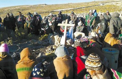 Oruro. Comunarios de Turco subieron al cerro más alto de sus alrededores el fin de semana para orar por lluvias.