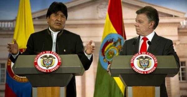 El presidente Evo Morales junto a su similar colombiano, Juan Manuel Santos, en un encuentro en Bogotá