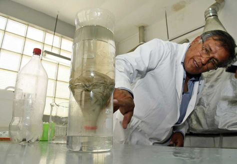 Un funcionario del Instituto de Ingeniería Sanitaria de la UMSA (IIS), explica como purificar el agua para que sea agua potable.
