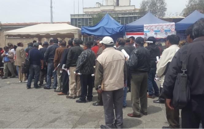 La Paz: Hombres hacen larga fila para análisis de próstata y les recomiendan hacerse una prueba al año