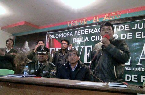 El viceministro de Aguas, Rubén Méndez, (cen), momentos antes de ser liberado por la Policía.