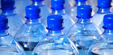 En La Paz, la venta de agua embotella en supermercados y tiendas de barrio se incrementó debido a la escasez de agua potable.