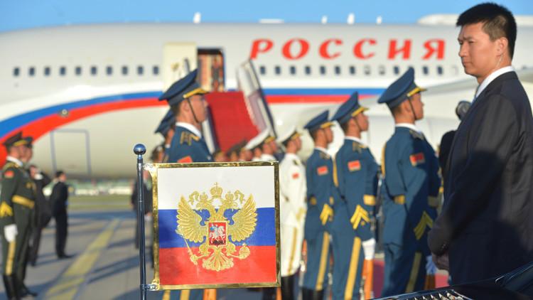 Una ceremonia de bienvenida en el aeropuerto de Pekín, durante la visita de Vladímir Putin a China, el 2 de octubre de 2015