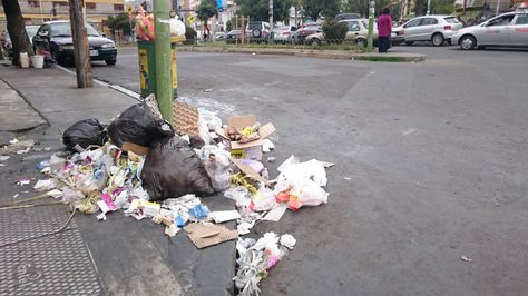 Basura acumulada en una esquina d ela calle 21 de Calacoto. Foto: Miriam Chávez