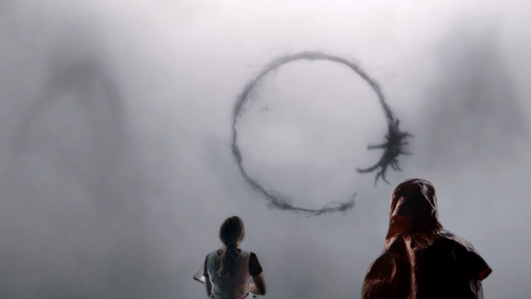 Las protagonistas de La Llegada, frente a un alienígena.