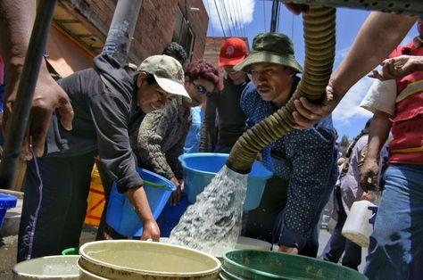 Un grupo de vecinos de La Paz reciben agua de cisternas. Foto: GAMLP