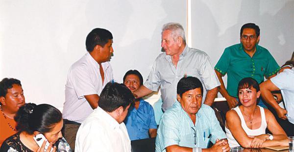 La reunión entre los alcaldes y el gobernador Rubén Costas se prolongó por más de 10 horas