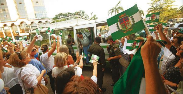 Así se manifestaron los ciudadanos ayer, cuando los detenidos por el caso terrorismo llegaban al Palacio