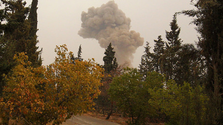 El humo que se eleva por los bombardeos cerca Dahiyat al-Assad, al oeste de la ciudad de Alepo, Siria 28 de de octubre del 2016