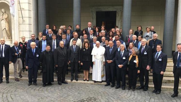 La foto grupal fue tomada al pie de la escalera de la entrada principal de la Casina Pío IV, un espectacular edificio renacentista enclavado en los Jardines Vaticanos