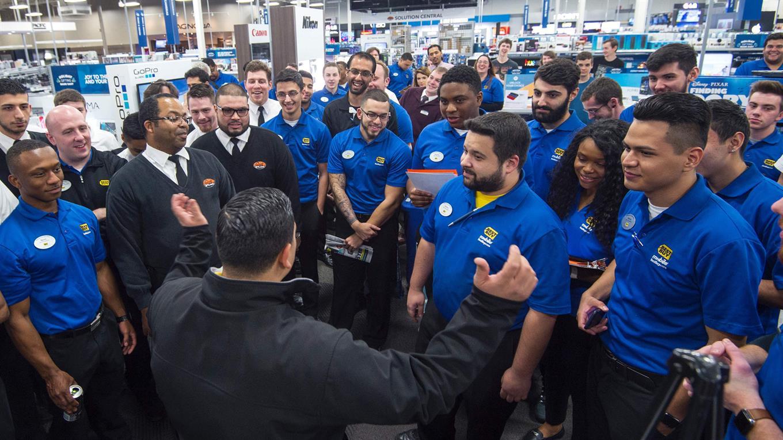 Un gerente de Best Buy dando un discurso a sus empleados momentos antes de abrir las puertas. Foto: AFP / Paul J Richards