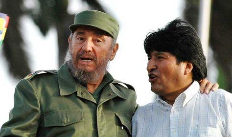 El líder cubano Fidel Castro, junto a Evo Morales, presidente de Bolivia, en la Plaza de la Revolución, en La Habana.