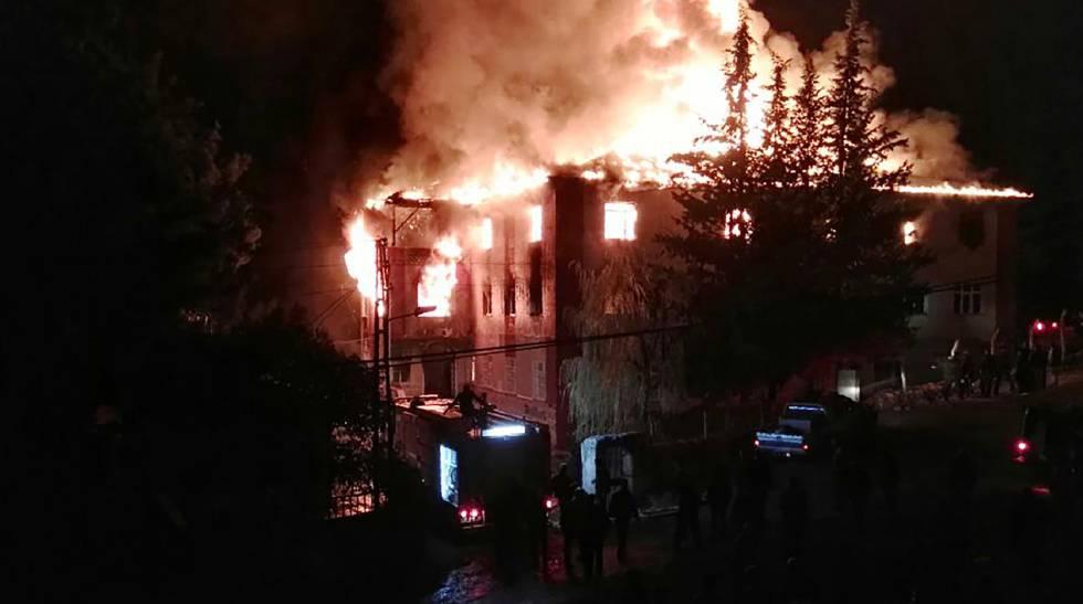 Incendio en una residencia de estudiantes en Adana (Turquía), este martes.