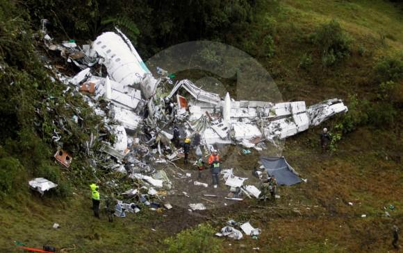 La vegetación y zona boscosa que rodeaba lo que quedaba del fuselaje del avión, no presentaba señales de que se hubiera presentado una explosión o un incendio prolongado, lo que podría confirmar que el avión ya no tenía combustible al momento del impacto. FOTos esteban vanegas y juan antonio sánchez