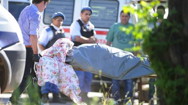Los cadáveres de un hombre y una mujer son retirados de su casa de Florencio Varela. (Osvaldo Fantón / Télam)