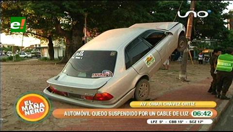 Accidente de tránsito: Vehículo quedó suspendido en un cable de un poste de luz