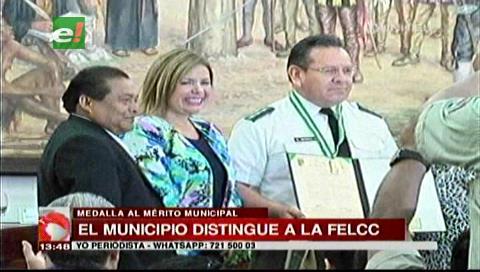 Municipio cruceño distingue al director de la Felcc