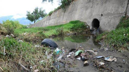 Descarga Una conexión clandestina de agua servidas en el río Rocha. | Los Tiempos