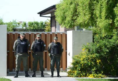 El personal de Gendarmería en la casa de la ex Presidenta en Río Gallegos. Foto Opi Santa Cruz.