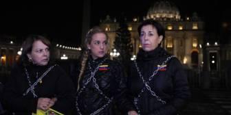 Tres venezolanas se encadenan en el Vaticano por libertad de presos políticos en su país