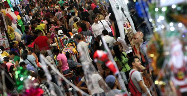 A la Feria Barrio Lindo acude una multitud, pero al contrario del año pasado, mide sus gastos y regatea más