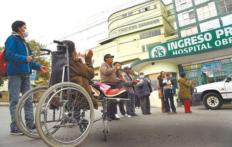 Los enfermos con insuficiencia renal protestan en puertas del Hospital Obrero y bloquean la calle Brasil