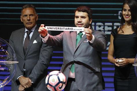 En el sorteo, el primer nombre que salió fue el de Universitario de Sucre. Foto: EFE