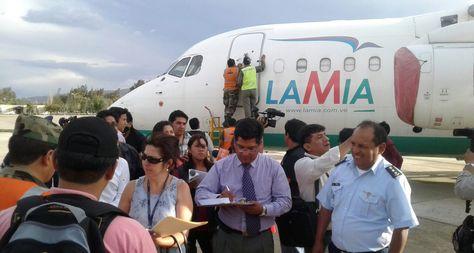 Una comisión de fiscales inspecciona los aviones de la empresa LaMia en el hangar de la FAB. Foto: Fernando Cartagera