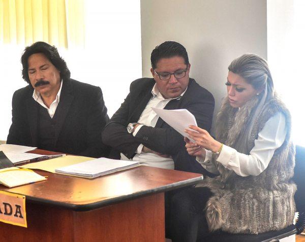 GABRIELA ZAPATA JUNTO A SUS ABOGADOS EN AUDIENCIA DE CESACIÓN DE DETENCIÓN.