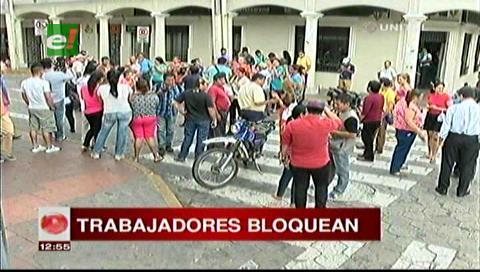 Santa Cruz: Trabajadores de Correos reclaman sueldos y bonos, amenazan con un paro