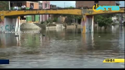 Minibús quedó atrapado en el agua con pasajeros a bordo